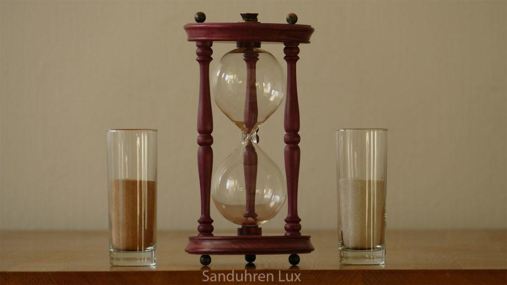 Sanduhr Hochzeit - beide fuellen verschiedenfarbigen Sand ein